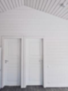высокие скошенные потолки, финские двери JeldWen