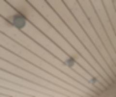 Подшивка потолков доской светодиодное освещение дома, высокие скошенные потолки. загородный