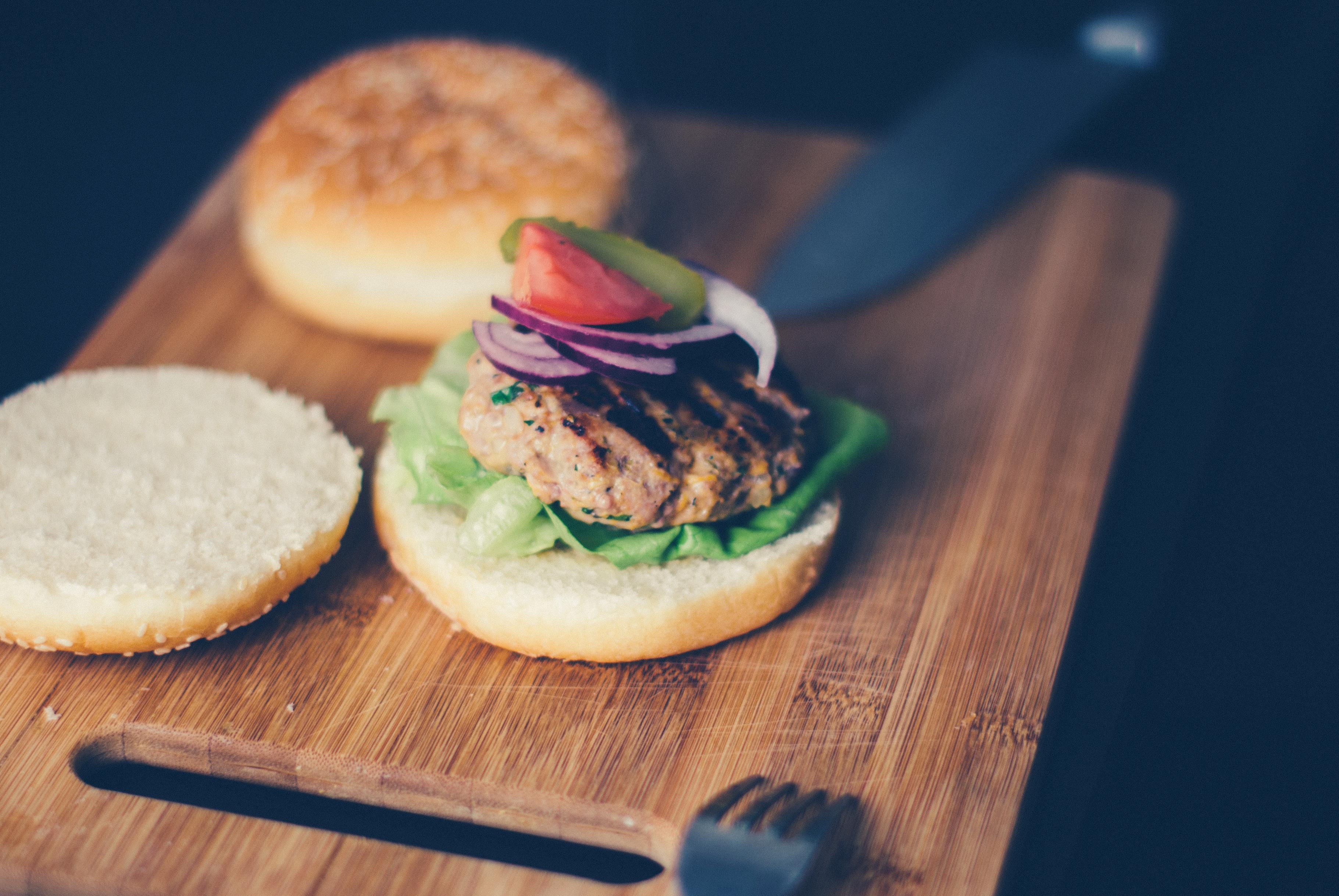 burger-hamburger-onion-tomatoe-80597