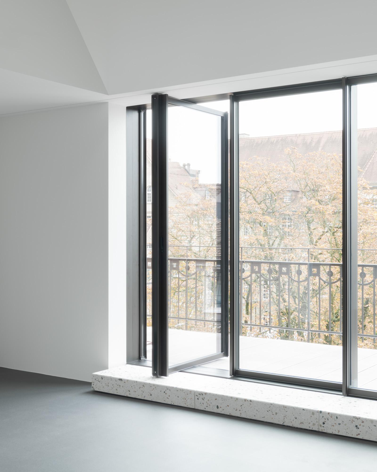 Umbau Wohnhaus Zürich: Pivotfenster Dachwohnung (Bild Mikael Blomfelt)
