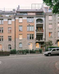 Umbau Wohnhaus Zürich: Strassenfassade (Bild Mikael Blomfelt)