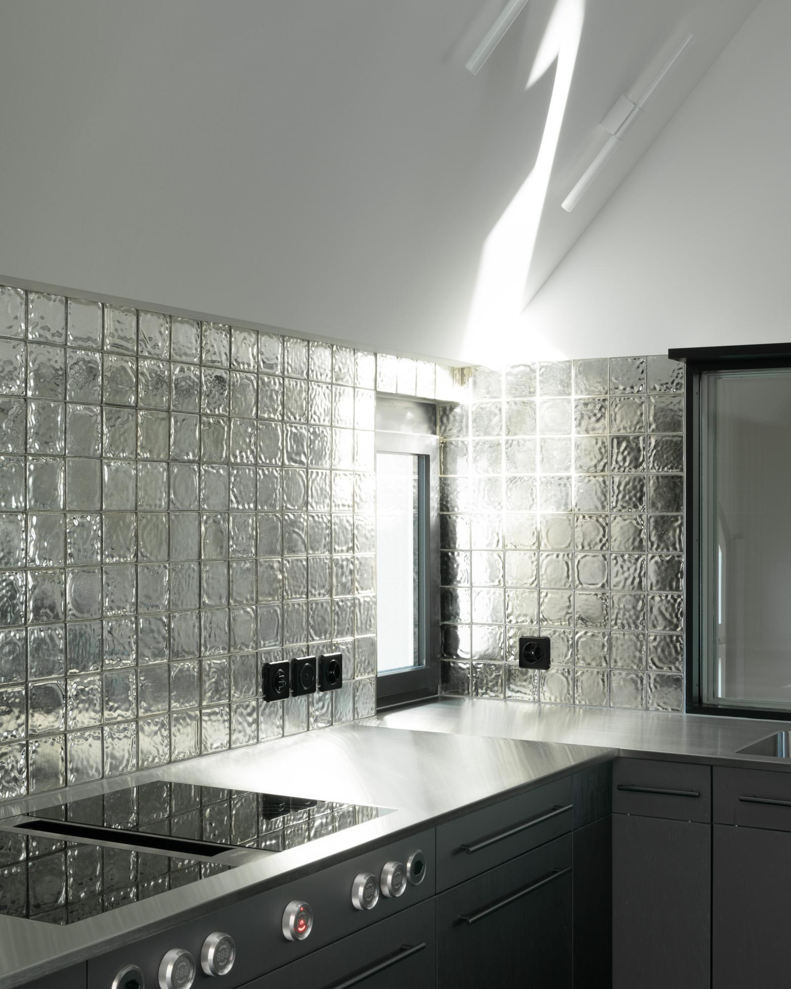 Umbau Wohnhaus Zürich: Küche Dachwohnung (Bild Mikael Blomfelt)