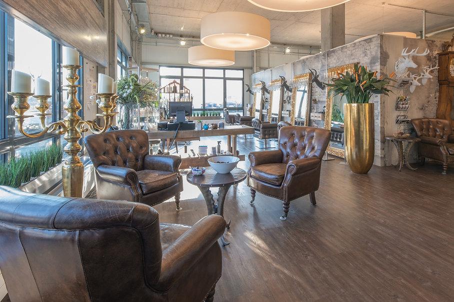 Innenaufnahme AlpenSonne Beautystudio. Warme und schöne Atmosphäre. Einrichtung im Alpenstyle. Ledersessel, goldige Spiegel, Hirschköpfe & Lammfelle schmücken den Salon.