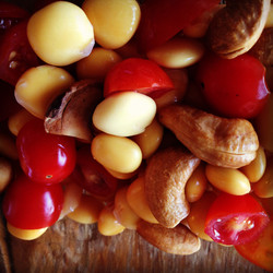castanha de caju, tremoço e tomate