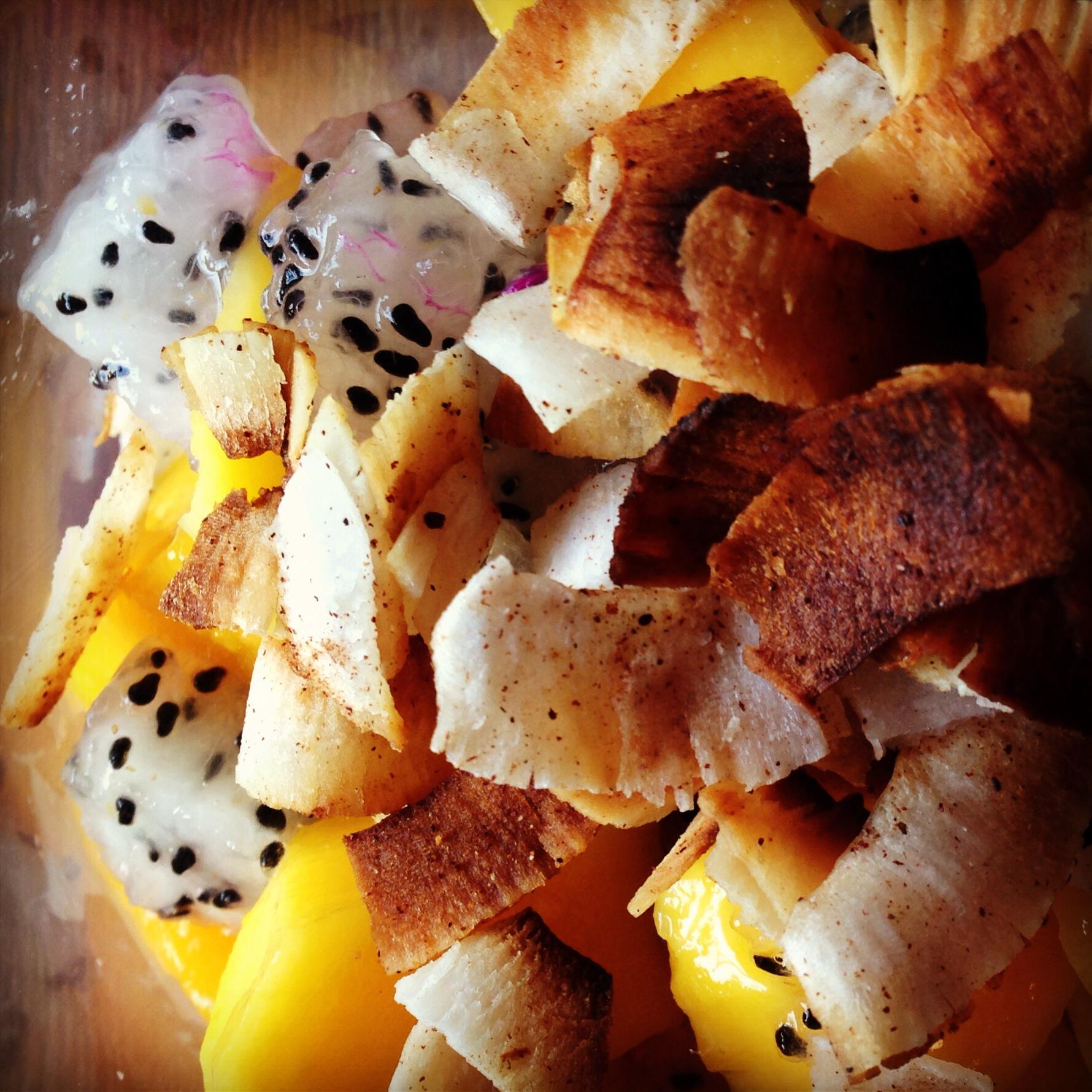 frutas com fitas de coco crocante
