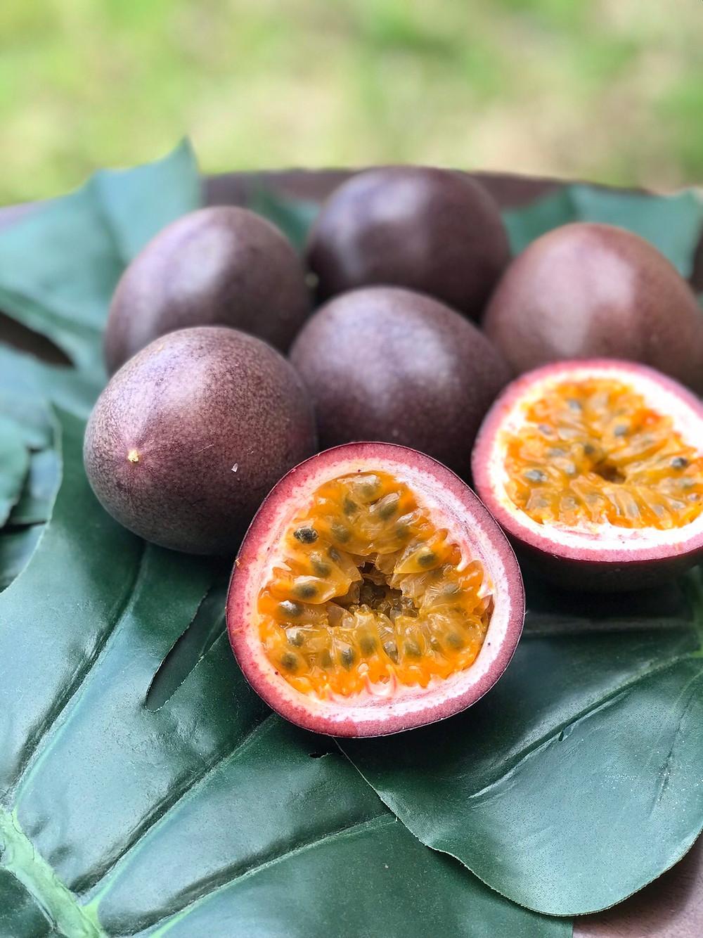沖縄でも大変珍しい無農薬・無化学肥料で栽培されたパッションフルーツ。 生産者の山城さんが7年もの年月をかけて研究し栽培しました。 中身の粒の詰まり具合、大きさやツヤも良好です。 是非この機会にご検討下さいませ。 もちろん沖縄野菜と混載して発送も可能です。