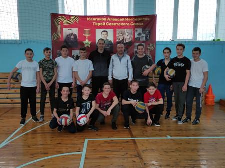 Товарищеский матч по волейболу среди учеников