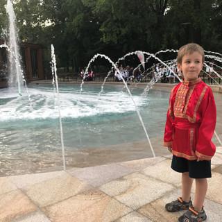 Замечательный сын боянистки хора Калинка Марко на фоне фонтана в городе Калоча.