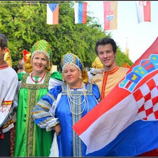 Участие в торжественном шествии музыкальных коллективов.