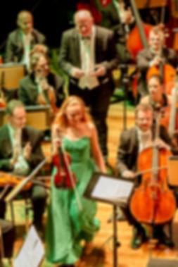 Violinistin Anna Markova bei ihrem ersten Auftritt in Brasilien mit UCS-Orchester unter der Leitung von Manfredo Schmiedt