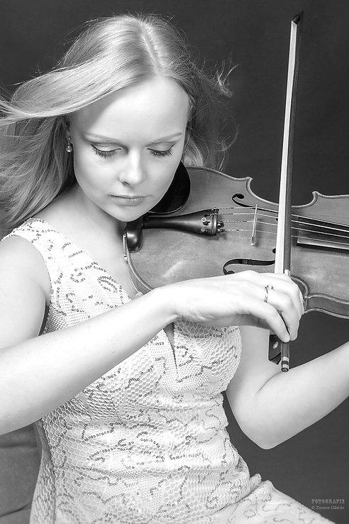 """Anna Markova lotete im schulterfreien, feuerroten Abendkleid die furiose Dramatik des zutiefst zerrissenen Schmerzes, den sich Beethoven mit der """"Kreutzersonate"""" von der Seele schrieb, mit beseelter Melancholie, dann wieder jubilierend und schließlich in zartesten Pianissimo-Tönen aus. Eine Interpretation von höchster, künstlerischer Empfindsamkeit."""