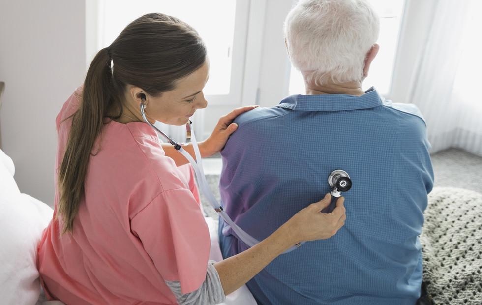 Inizio infermiere esaminando paziente