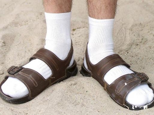 Ουρές σε τουριστικά για φανέλες I ♥ Ayia Napa και σανδάλια με κάλτσες