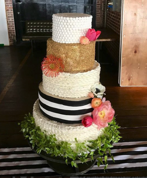 #blackwhitegoldweddingcake