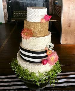#blackwhitegoldweddingcake