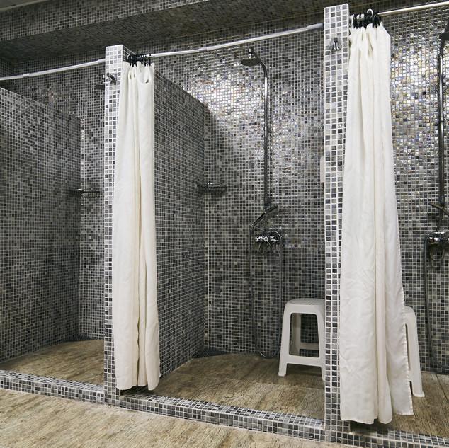 Sauberes Wasser in einem Duschraum