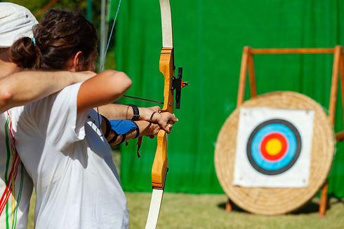 outdoor-archery-lesson-FMUX562.jpg