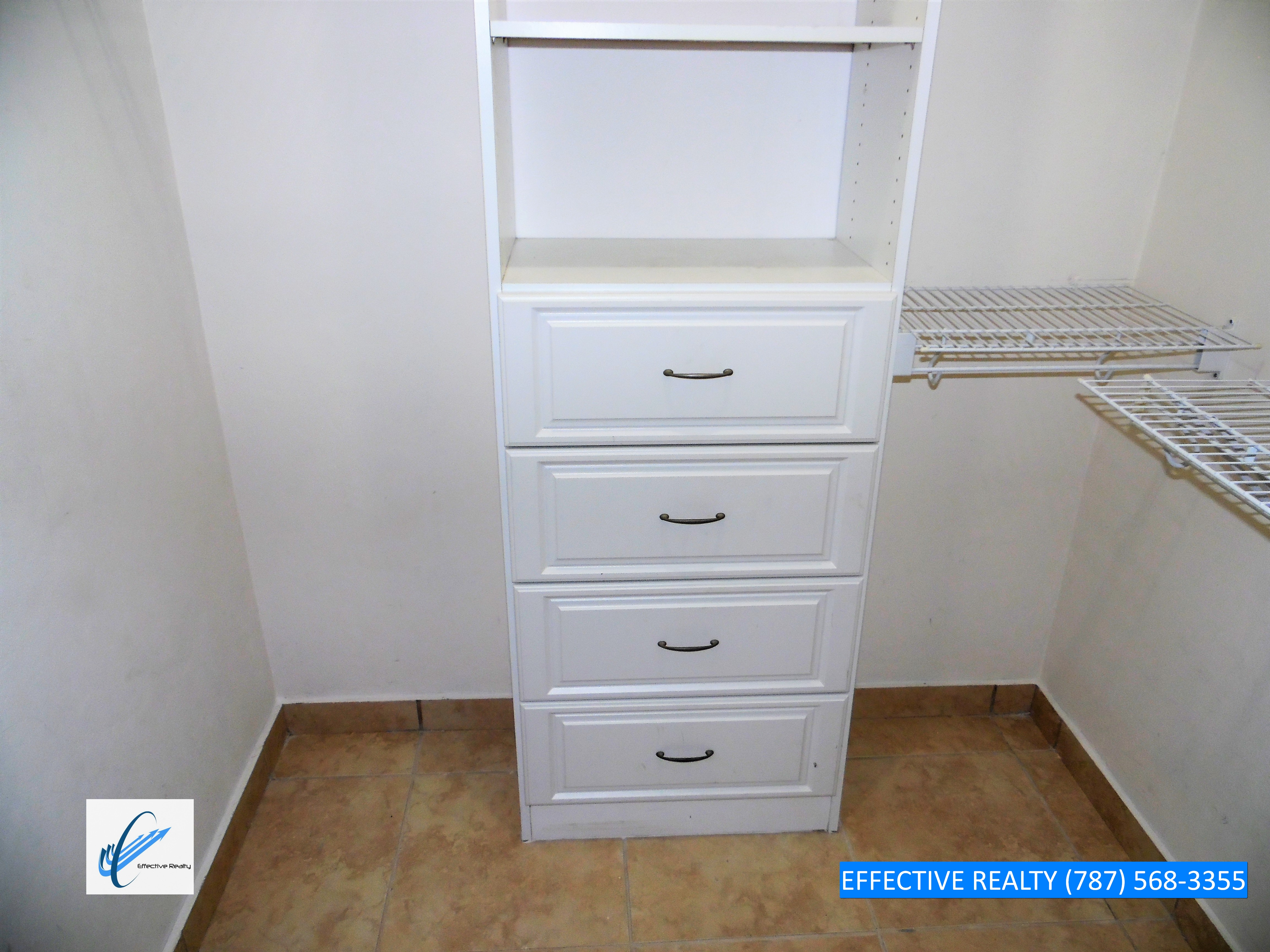 Walk-in closet (horizontal)