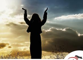 É permitido levantar o olhar para os céus enquanto oramos?
