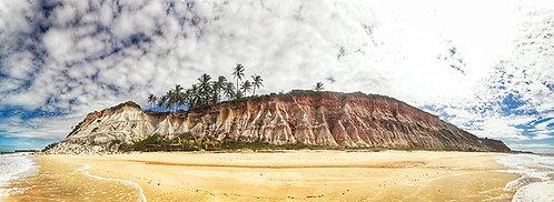 As falésias que caracterizam a Praia das Tartarugas entre Trancoso e Arraial D'ajuda, no sul da Bahia e de acesso restrito