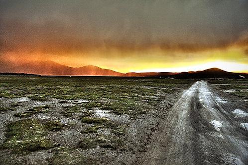 Uma vista incrível no fim do Salar em Uyuni, na Bolívia. Uma tempestade no pôr do sol num dos lugares mais secos do planeta.