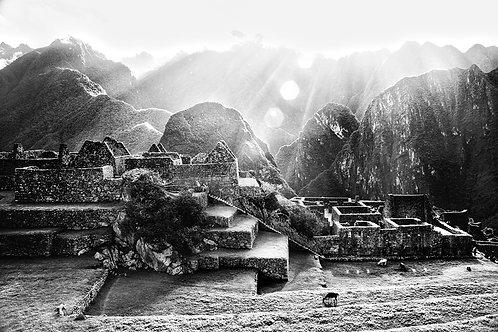 Foto da praça central de Machu Picchu recebendo os primeiros e mais importantes raios de sol