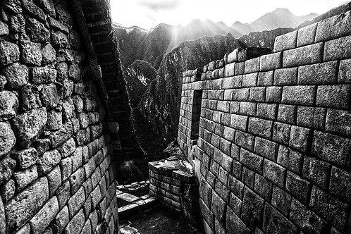 À esquerda, a última casa da área mais humilde de Macchu Picchu, e à direita o começo da área destinada às casas dos nobres.