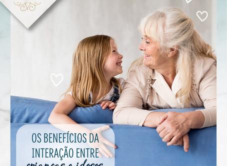 Os benefícios da interação entre crianças e idosos