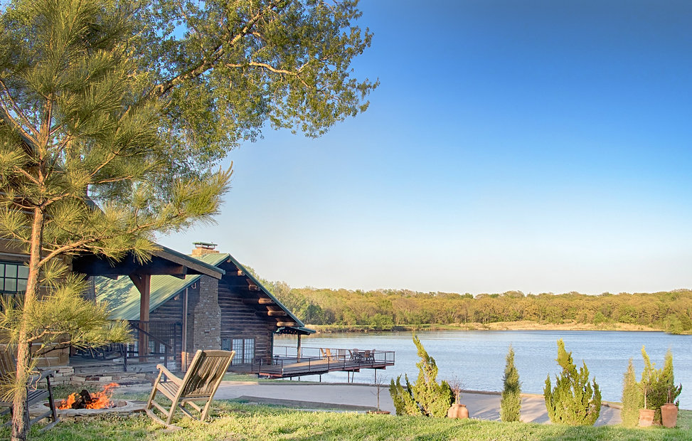 Five Oaks Lodge with lake view in Jenks