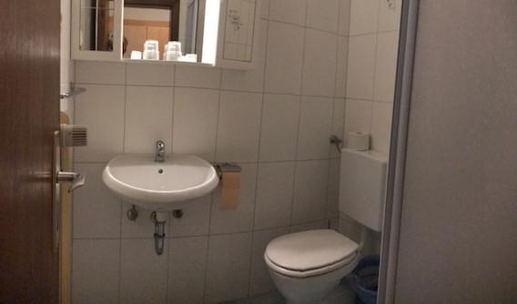 Bad Doppelzimmer.JPG