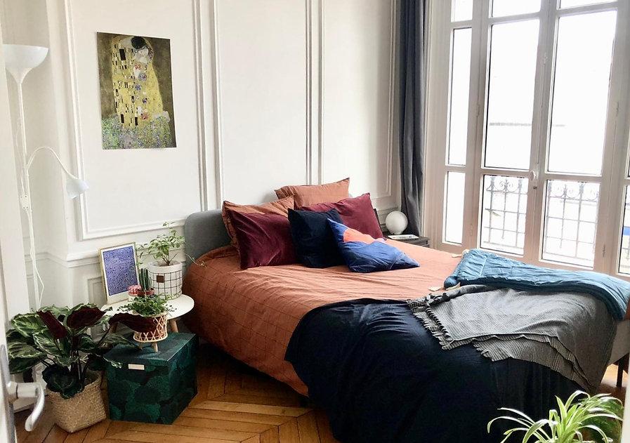 Grande chambre bien décorée dans un appartement coliving Paris