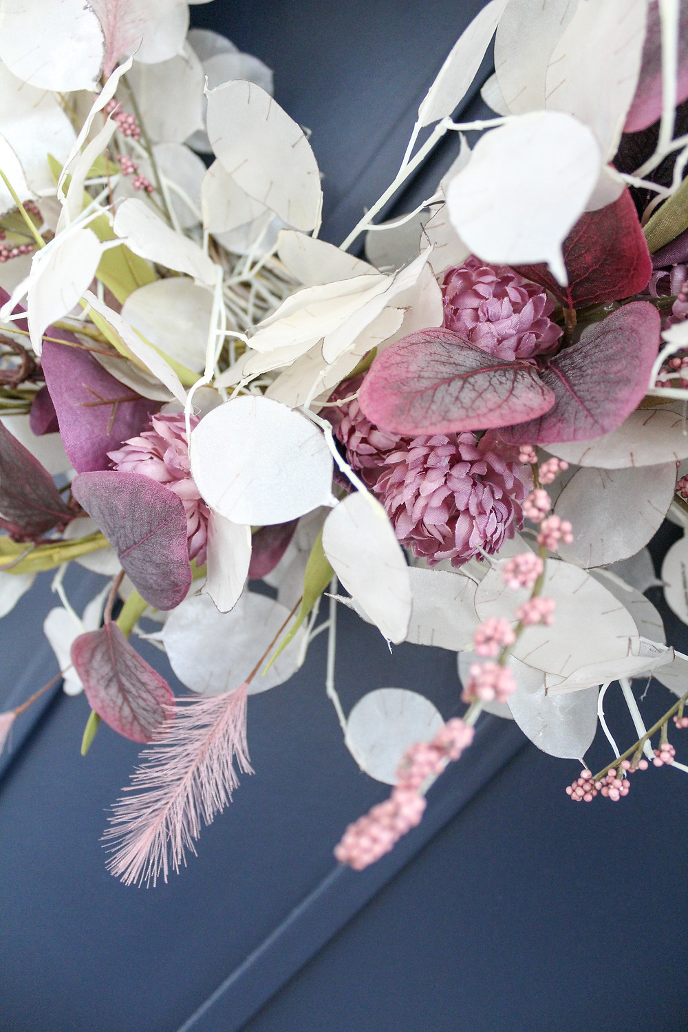 Decorate for fall with this stunning fall wreath. The beautiful plum and blush pink stems against the translucent lunaria stems creates a gorgeous look for the autumnal months. #fallwreath #fallDIY #falldecor #lunariawreath