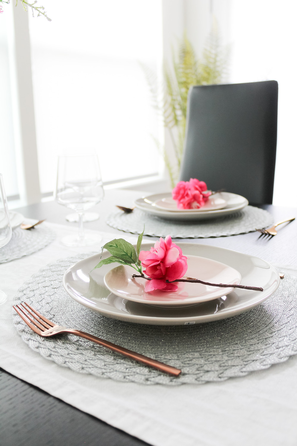 Modern Spring Touches In The Dining Room. #springdecor #springdecorating #modernspringvibe