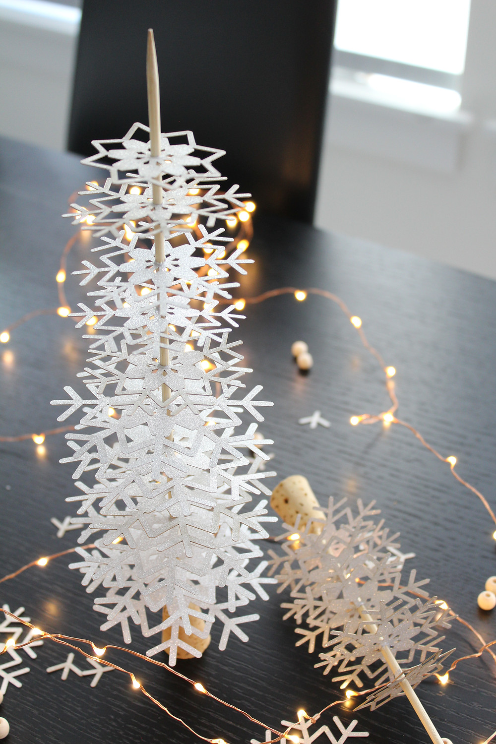 A simple and easy Christmas craft. DIY these beautiful snowflake christmas trees to add the perfect touch of whimsy to your holiday decor. #holidaydecor #DIYchristmas #christmascraft