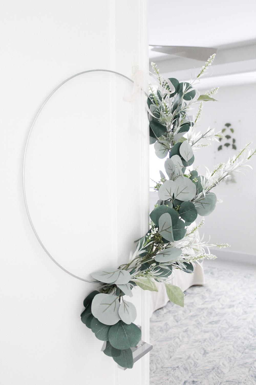 Minimalist Modern Summer Hoop Wreath Tutorial. #summerwreath #modernwreath #DIYwreath