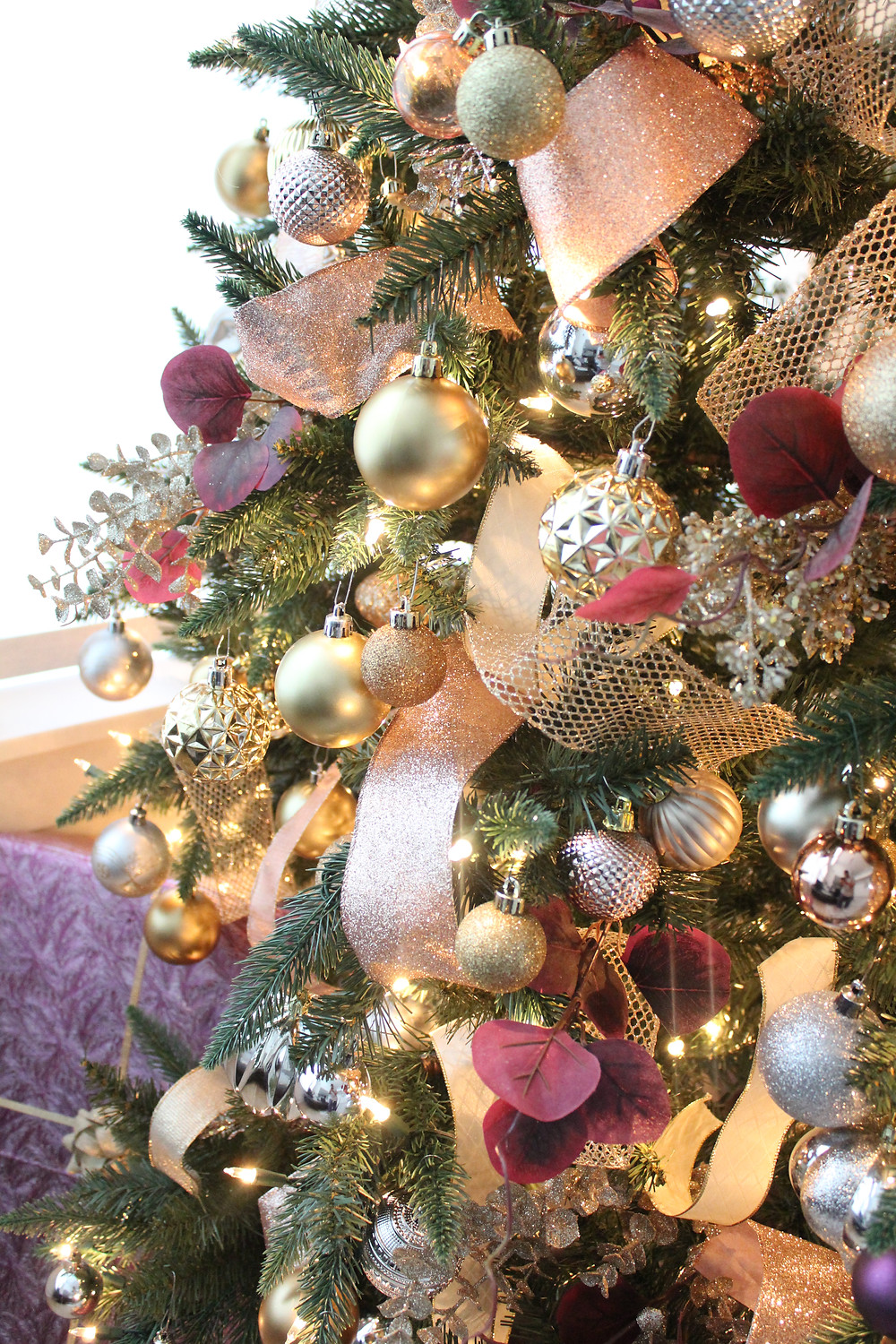 8 Christmas Color Schemes That Are Sure To Bedazzle! #christmasdecor #christmastree #deckthehalls
