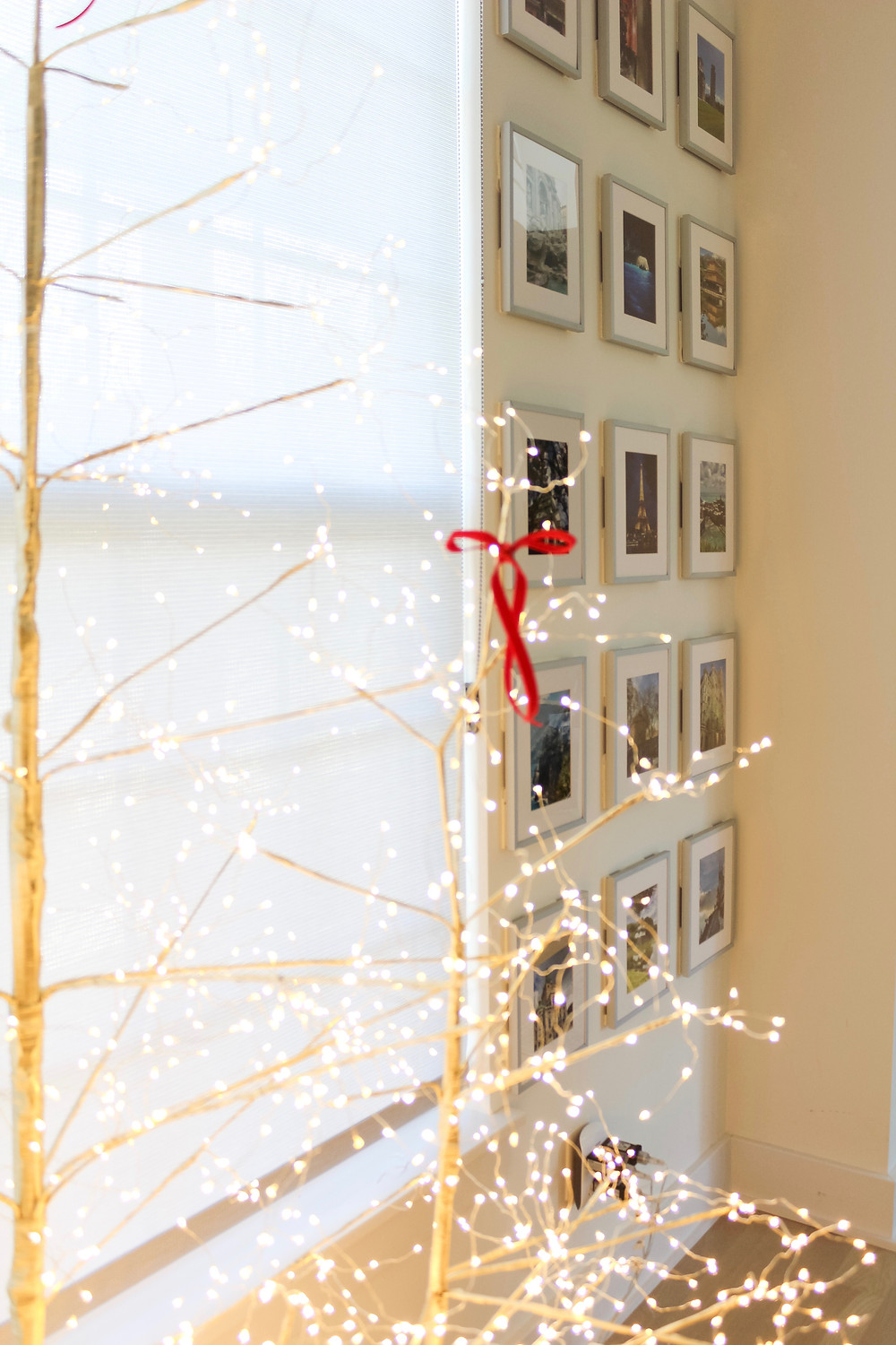 Cozy Modern Holiday Home Tour. Filled with red, gold, white and neutral christmas trees. You can find decor filled with whimsical lights, ribbon and stunning picks. #bhghome #holidayhome #holidayinspiration #holidayhomedecor