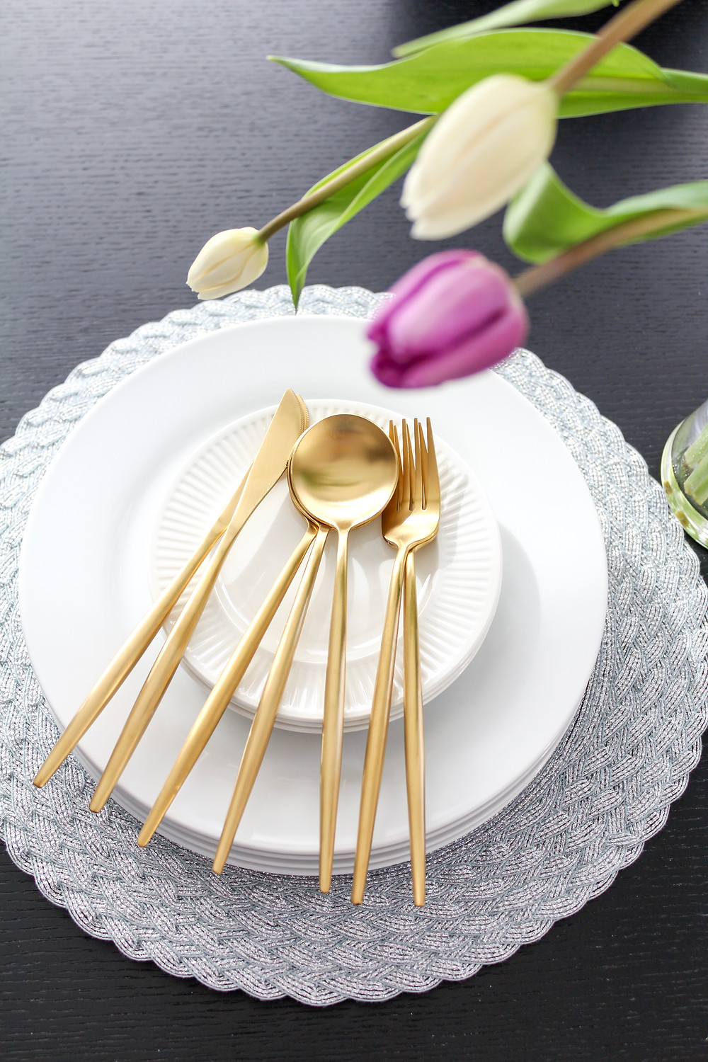 3 things for a modern easter table setting. #eastertable #eastertablesetting #springtable #moderneaster