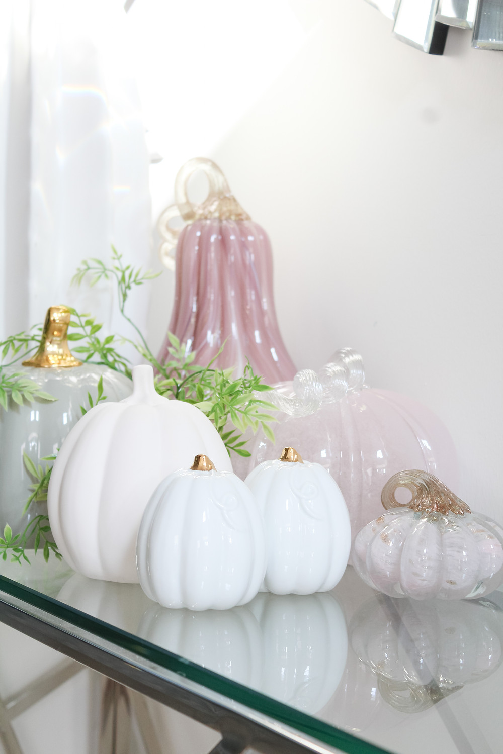 Check out this stunning fall tour filled with fall colors, pumpkins and gourds. The living room, bedroom and foyer are filled with fall home decor ideas and fall decorating tips and fall inspiration. #falldecor #fallhometour #fallinspiration #falldecorating