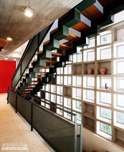 Elementos vazados compondo escadas
