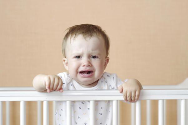 """Deixar os bebês """"chorarem"""" não afeta o comportamento mais tarde na vida, relata o estudo"""
