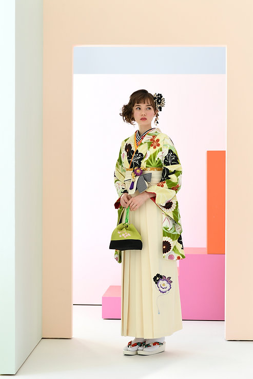 刺繍入りの袴や、おしゃれなデザインの半衿もございます。
