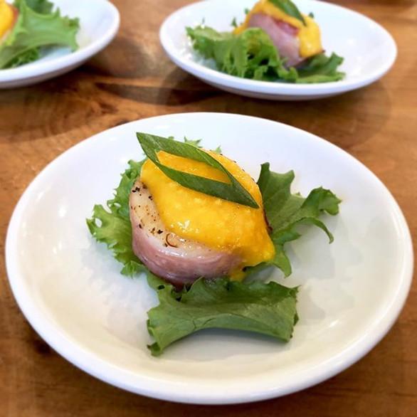 prosciutto wrapped scallops w. mango coulis