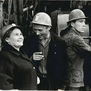 А.Г. Григорьева (слева), председатель Сургутского райисполкома, в бригаде Ерёмина на буровой Сургутской геологоразведочной экспедиции. 1968 г.