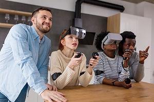 Gruppe av mennesker med VR-hodesett
