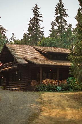 בית חם ובטוח בלב היער עם גג רעפים ומעקות עץ
