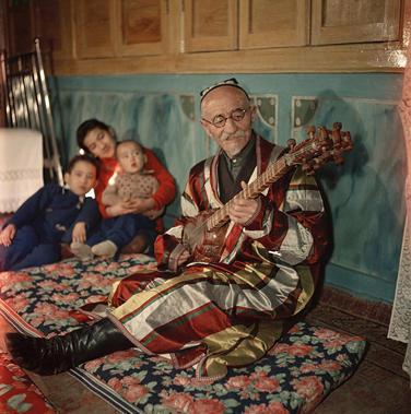 Traditional Uzbek singer, Honoured Artist of the Uzbek SSR Shumarov Shurakhin. Photo by Semyon Fridlyand, Tashkent, USSR, 1950s