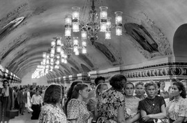 1954. Workers of a state-farm visiting the Moscow Metro. Photo by Henri Cartier-Bresson.