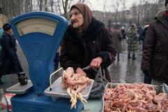 Food market in Moscow. Photo by Peter Turnley, USSR, 1990