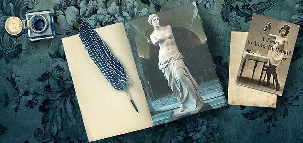 Offenes Buch mit Federn. Darin zu sehen die Statue einer Frau.